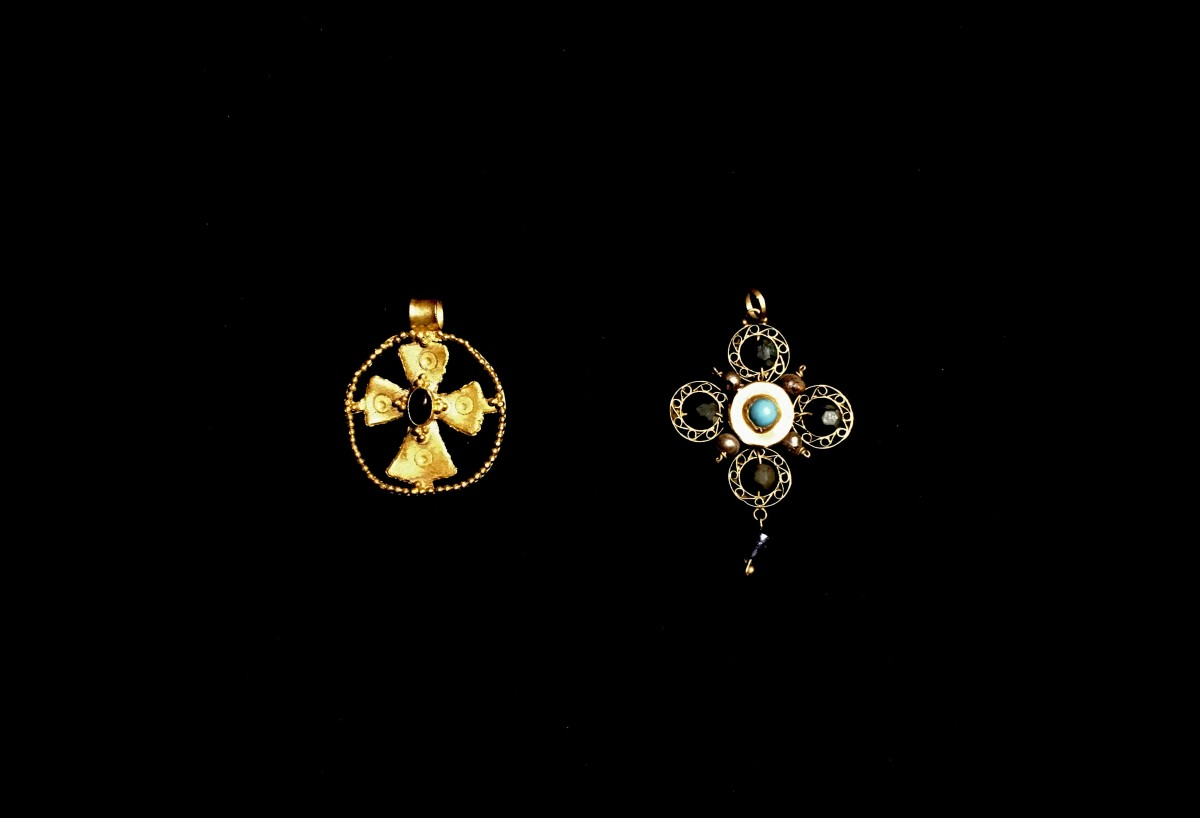 Byzantine gold pendants